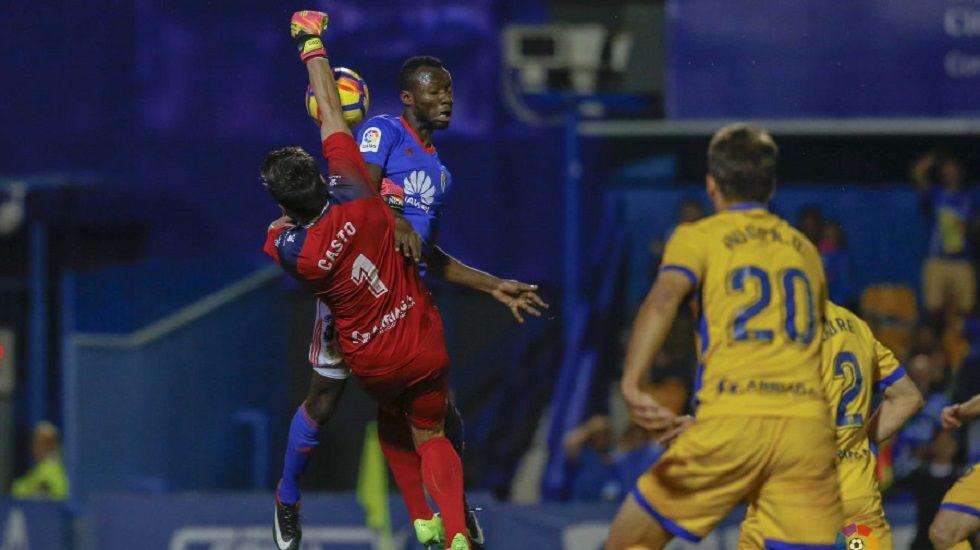 Owusu disputando un balón con Casto