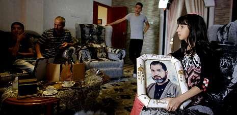 portadah.La familia de Jamil Nabi Annatsheh, encarcelado en 1992 por el asesinato de un israelí, esperan su liberación en Hebrón.
