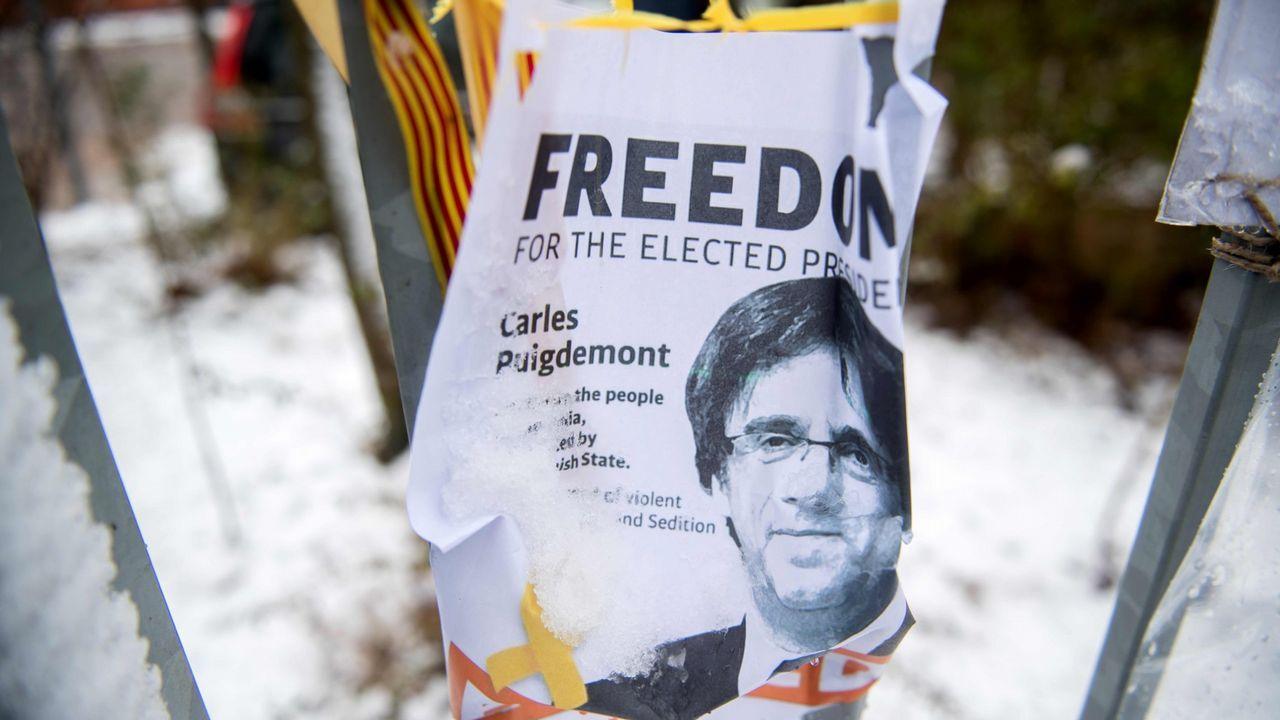 Cartel situado fuera de la cárcel alemana donde está preso Puigdemont