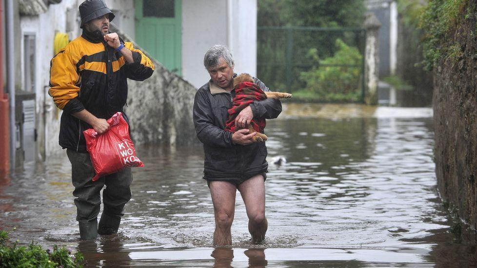 Evacuación de algunos vecinos en Neda por las inundaciones