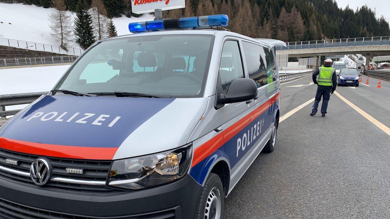 Control sanitario en una carretera en la frontera entre Italia y Austria