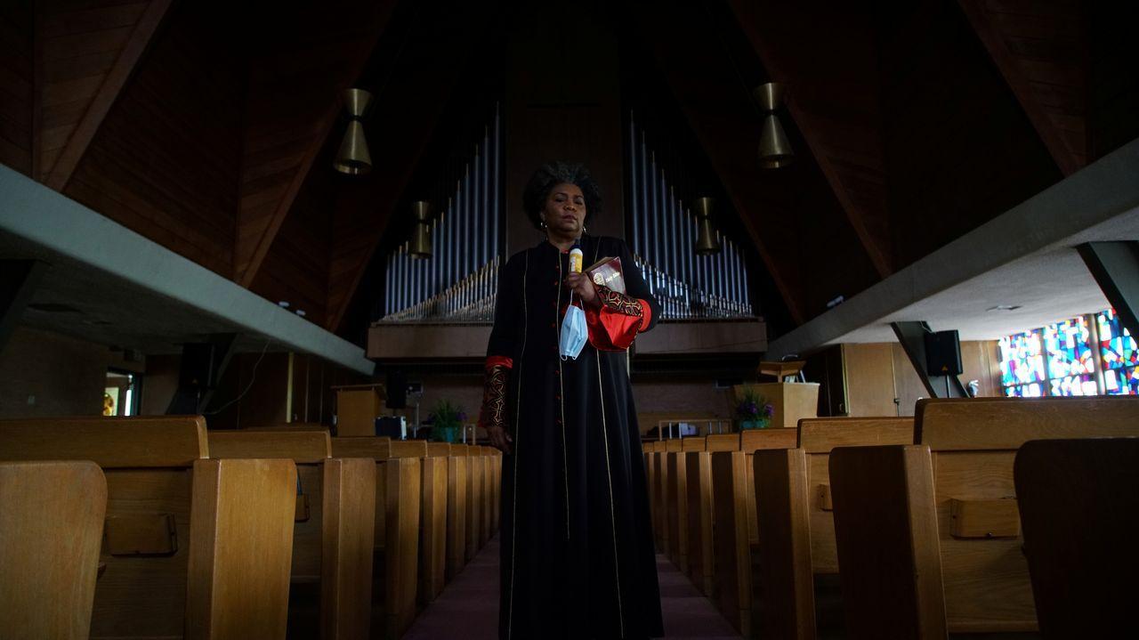 Una pastora de una iglesia de Missouri posa en el interior del recinto. En la congregación, cinco de sus 180 miembros enfermaron y dos fallecieron a causa del covid-19