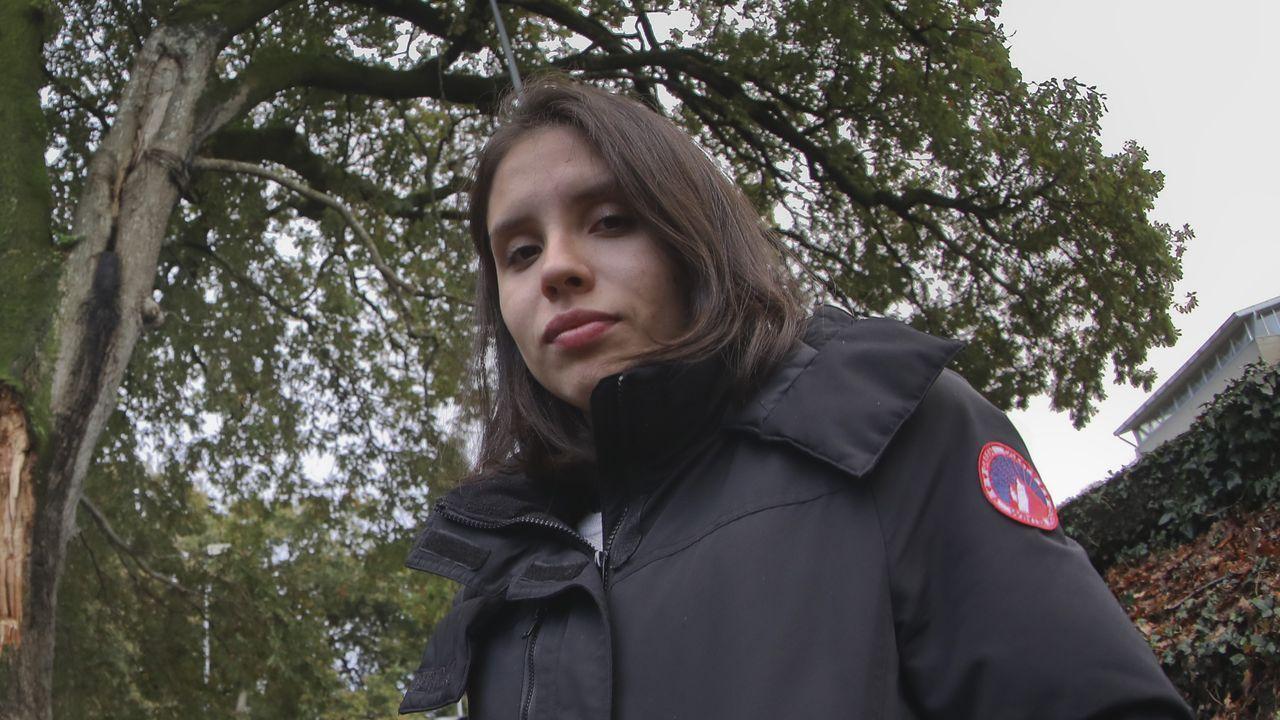 Dahynna, chica colombiana a que le cayó encima una gran rama de carballo.El ministro Botero pasa por detrás del senador Roy Barreras, durante la sesión sobre la moción de censura en el Senado