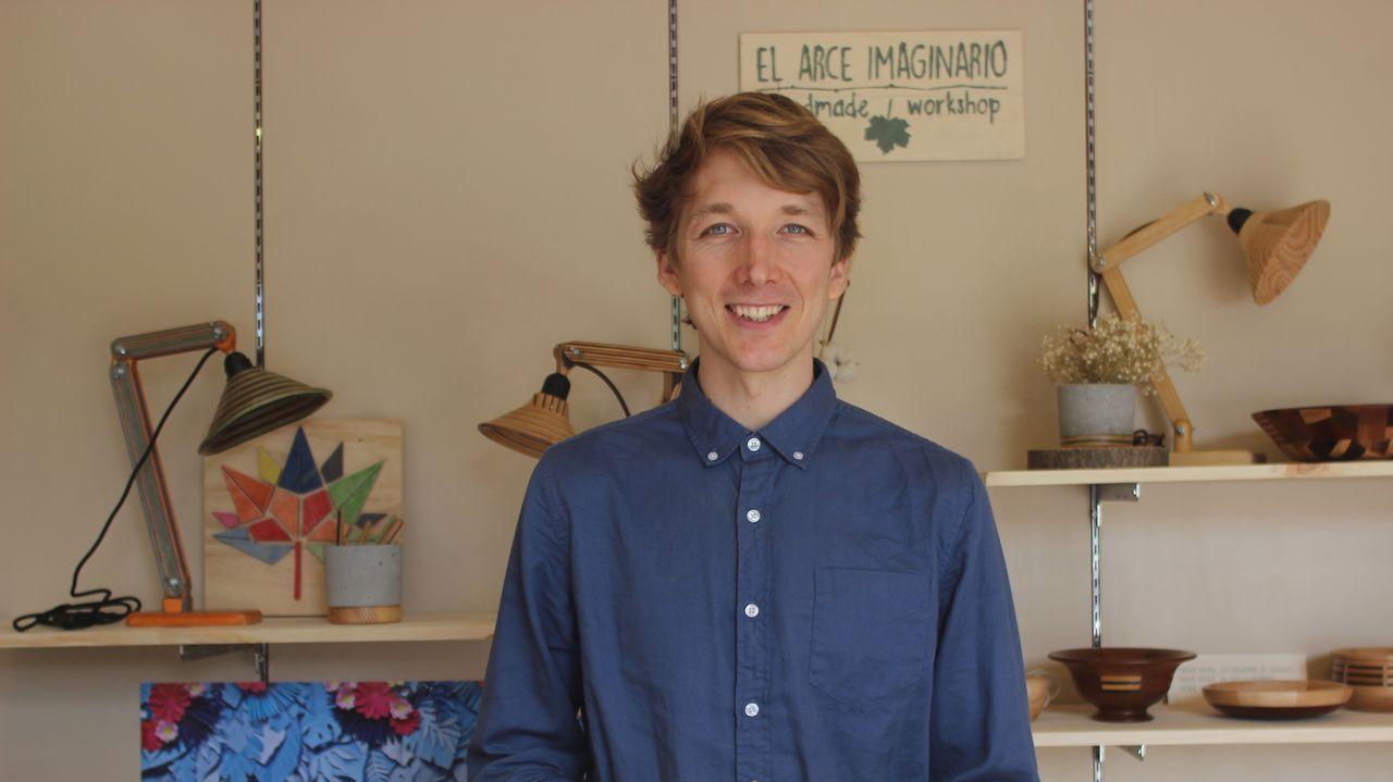 Thomas Wiley fabrica diferentes objetos con tablas de skateboard recicladas