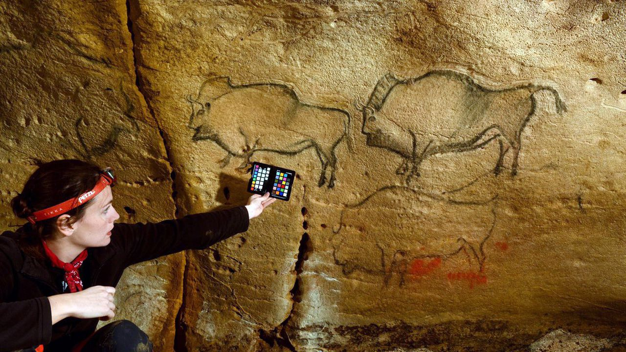 La investigadora Raquel Asiain, en la cueva asturiana de La Covaciella (Cabrales), donde se encuentran cuatro pinturas prehistóricas perfectamente conservadas
