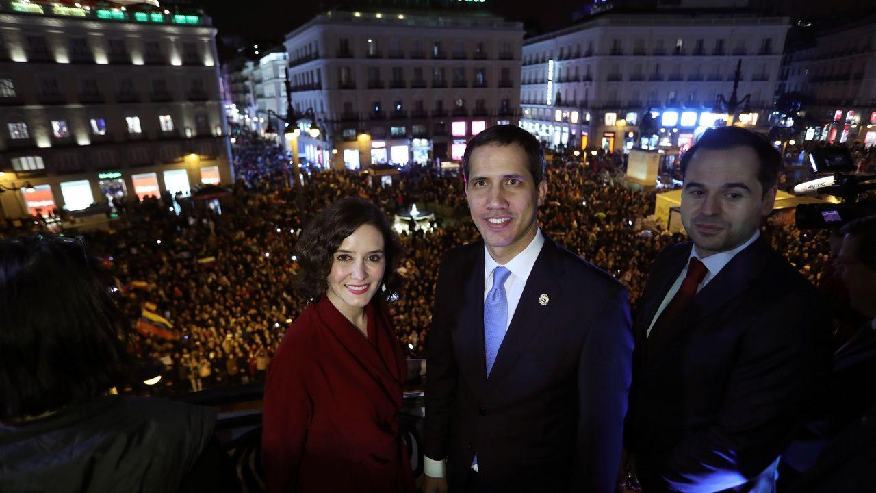 Juan Guaidó, anoche en la Puerta del Sol jaleado bajo la lluvia por 5.000 venezolanos, cerró en Madrid su gira internacional.