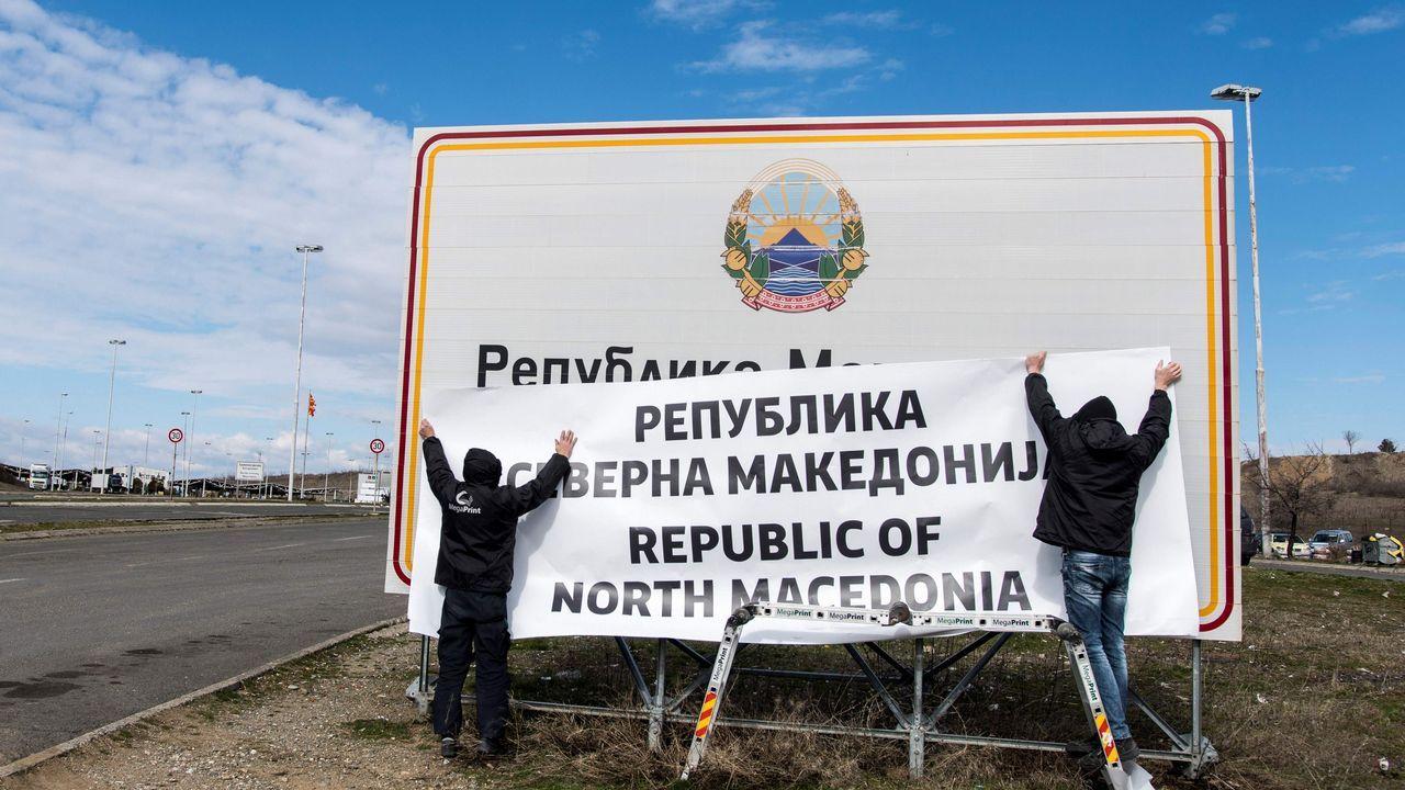 Zoran Zaev.Dos operarios colocan la nueva denominación en la frontera entre Grecia y Macedonia