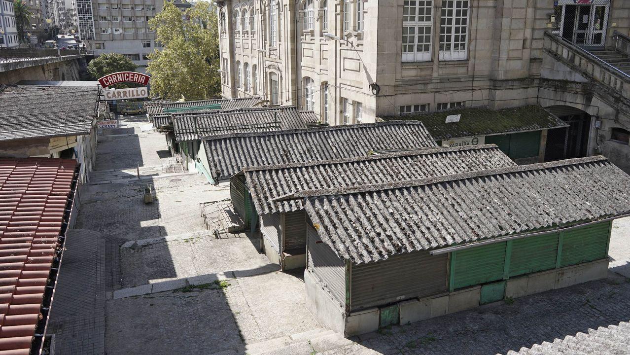 Vitori no está sola: sus vecinos consiguen que se marchen los okupas.Grupos violentos armados con piedras y mobiliario urbano, el viernes en Barcelona