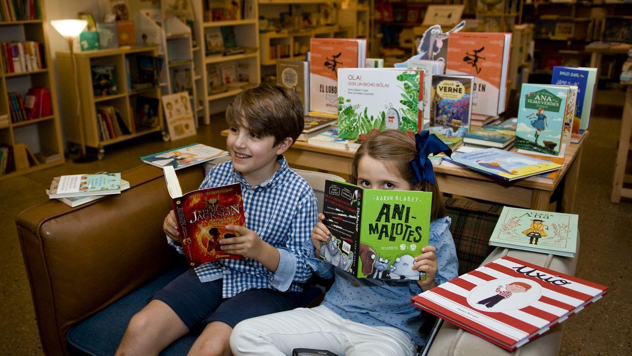 docampo.Alicia y Martín, dos lectores de 6 y 10 años, no esconden su satisfacción al poder ojear de nuevo las novedades en la librería coruñesa Moito Conto