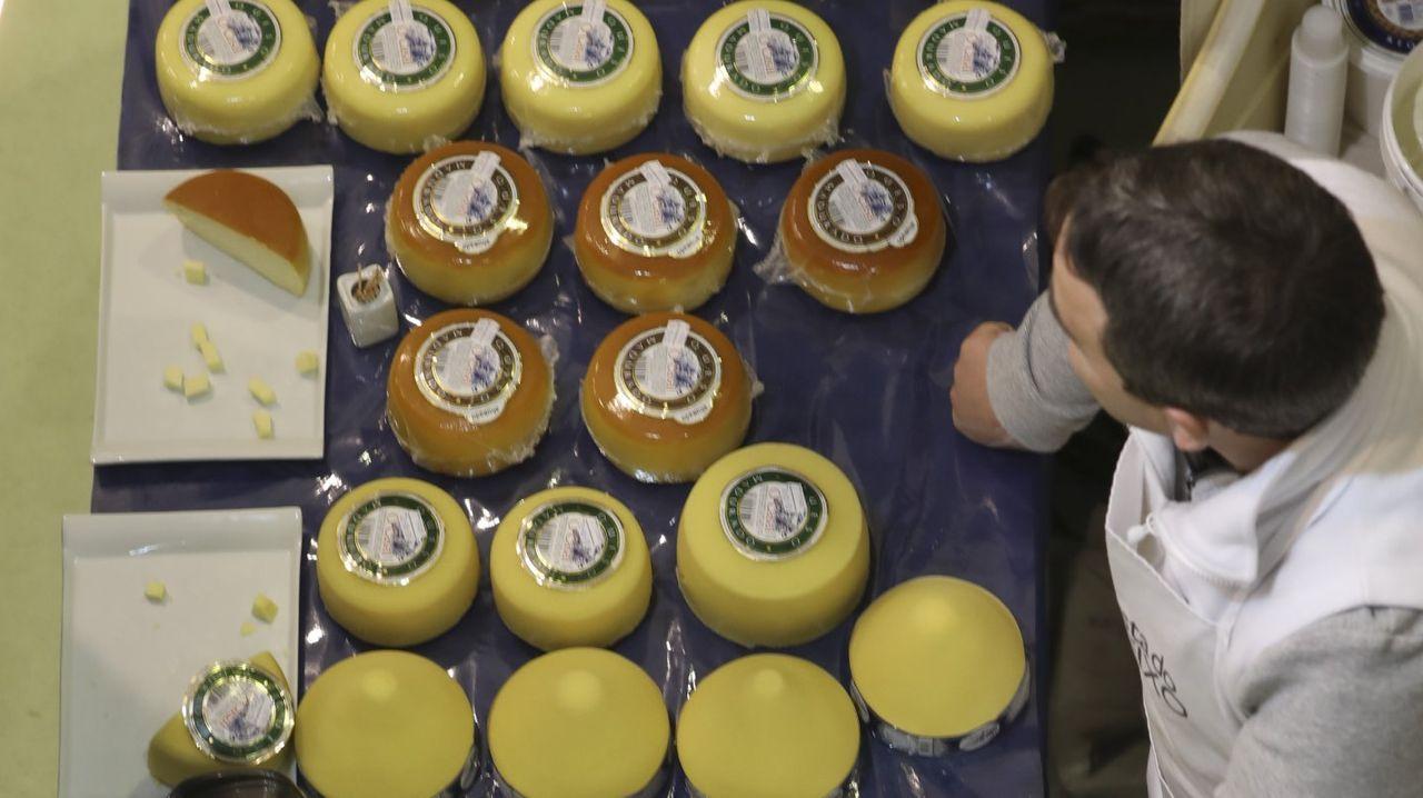 Piezas en la feria del queso de Arzúa, que se celebró este año al tener lugar antes del estado de alarma
