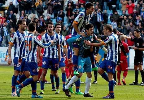 Los jugadores del Deportivo, en una imagen de archivo, celebran el empate contra el Sporting.