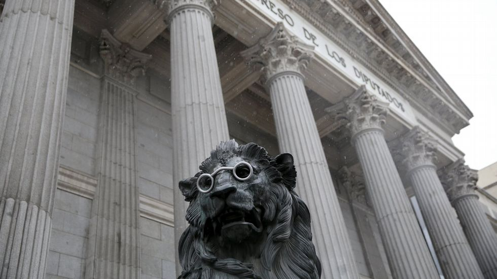 Uno de los dos leones que cusjtodian la entrada al Congreso de los Diputados en Madrid, caracterizado con unas gafas, en honor a los 400 años del fallecimiento de Miguel de Cervantes.