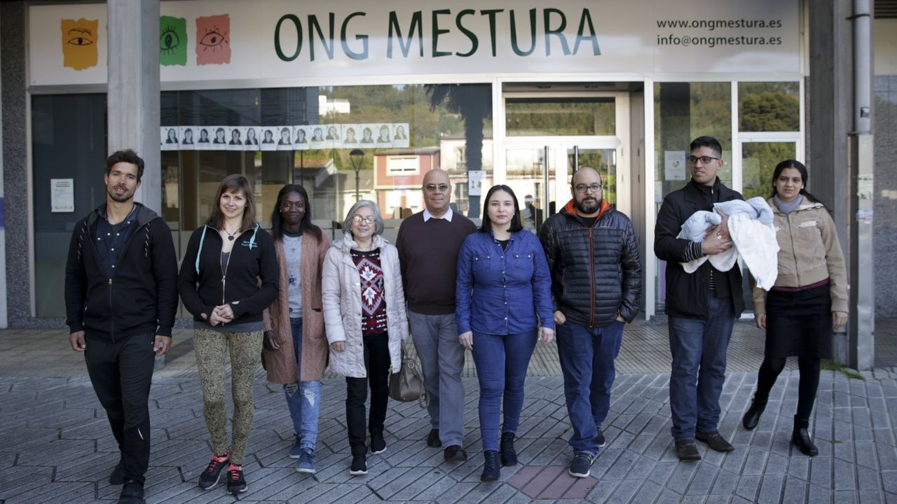 Personas inmigrantes que cuentan sus experiencias en colegios gallegos