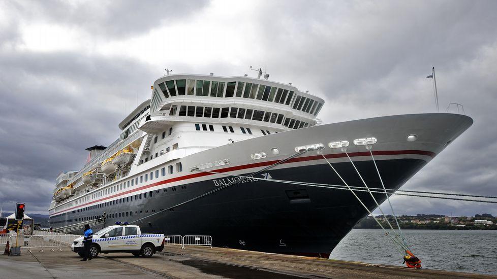 Los turistas pasearon por Ferrol. Numerosos pasajeros del «Balmoral» optaron por pasear por la ciudad. Otros realizaron una ruta por el Arsenal y los hubo que se desplazaron en bus a Santiago o A Coruña