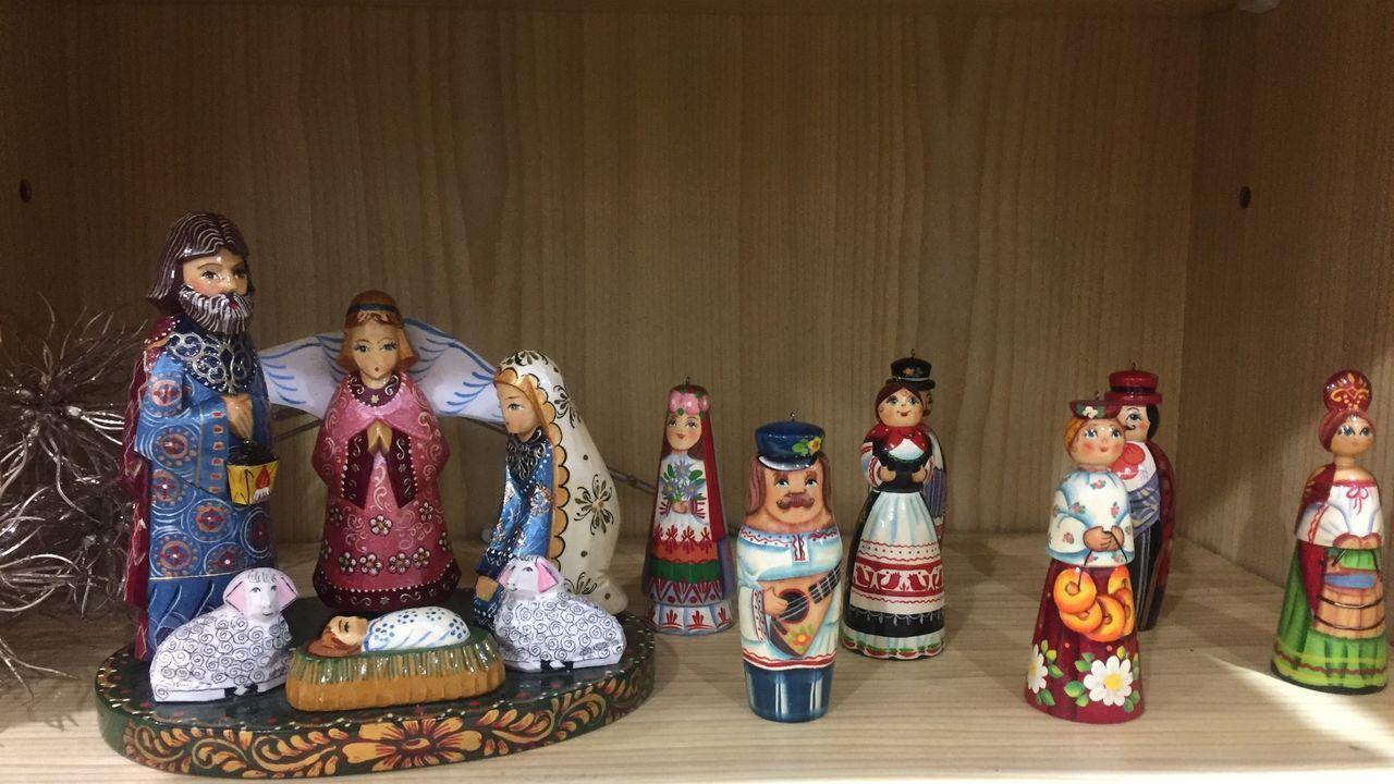 Las figuritas de este belén ruso llaman la atención por sus vestimentas, pintadas con muchos detalles