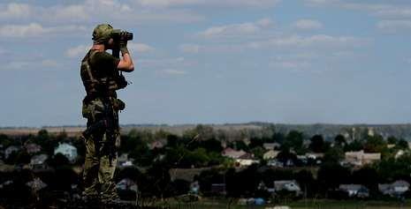 Un soldado del Ejército ucraniano monta guardia en las afueras de Mariúpol, que está siendo asediada por los prorrusos.