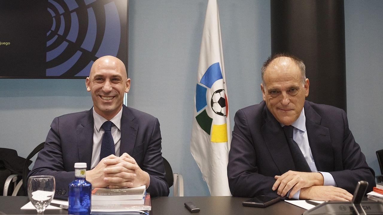 Villa habla de sus experiencias en las concentraciones.Jorge Mier celebra junto a la afición del Oviedo el triunfo ante el Cádiz