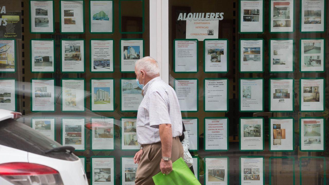 Los escaparates de las inmobiliarias de Lugo ofrecen numerosos alquileres