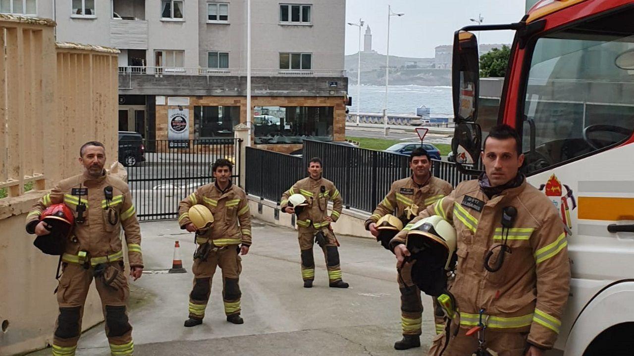 Los Bomberos de A Coruña animan a los vecinos.Fernando Martínez, Diego Cobos y Raquel Cundíns, técnicos de emergencias sanitarias de ambulancias