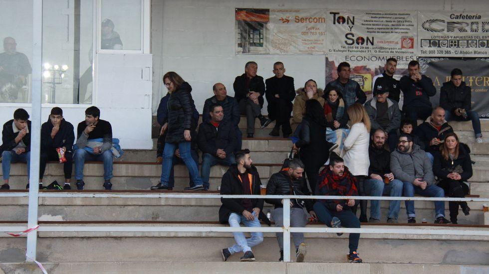 Gran ambiente en las gradas del estadio de Calabagueiros durante el CD Barco-UD Paiosaco