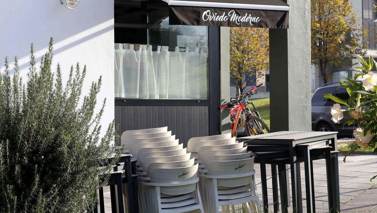 Vista de un local de hostelería cerrado en el barrio de la Corredoria de Oviedo