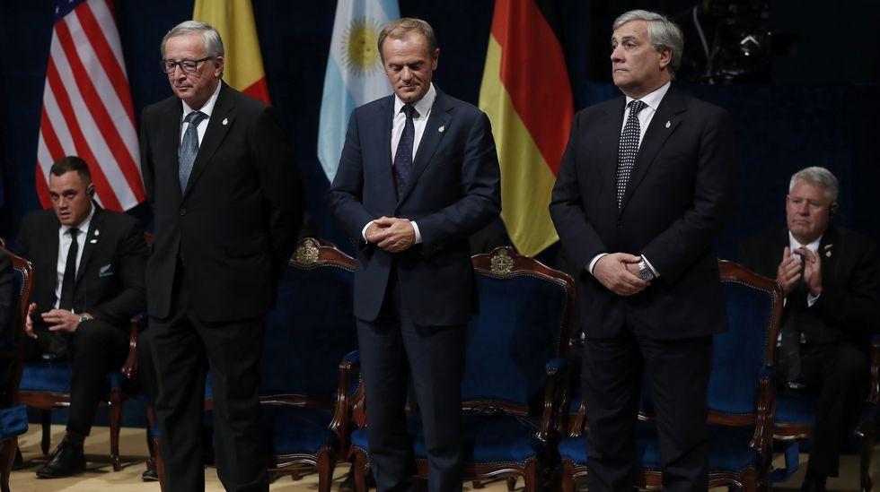 El presidente del Parlamento Europeo, Antonio Tajani (d), el presidente de la Comisión Europea (CE), Jean-Claude Juncker (i), y el presidente del Consejo Europeo, Donald Tusk (c), durante la ceremonia de entrega de los Premios Princesa de Asturias 2017
