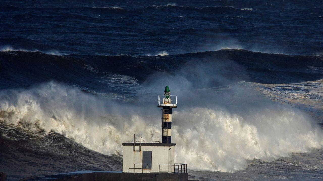 Las olas rompen en la desembocadura del río Nalón en Ría de Pravia