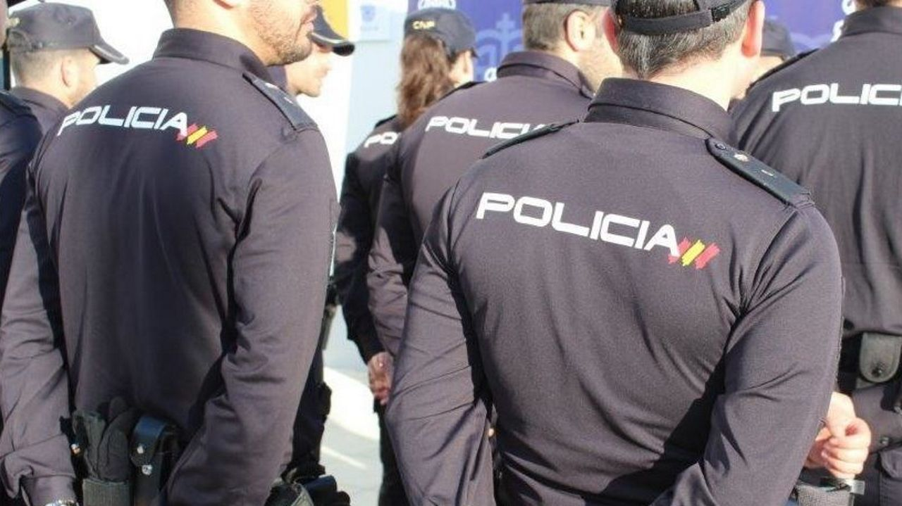 Los agentes de la Policía Nacional localizaron el coche sustraído a los pocos minutos en un aparcamiento de un centro comercial