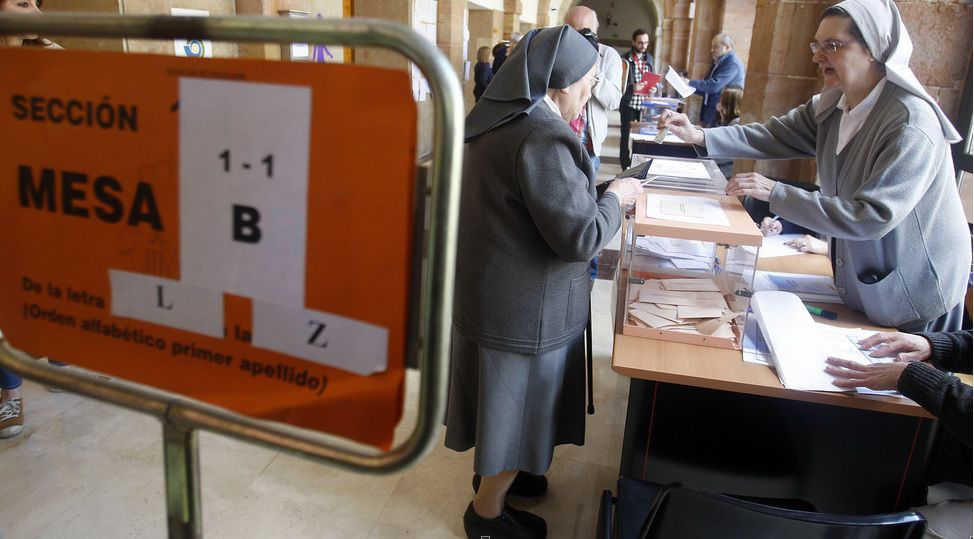 Monjas de 'Les pelayes' votando en los pasados comicios municipales.