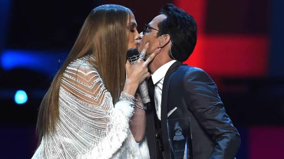 Pilar Rubio y Sergio Ramos protagonizan un romántico beso tras darse el «sí quiero».Gente de Zona