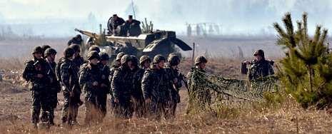 El papa Francisco recibe a Obama.Soldados ucranianos participan en unas maniobras militares en Goncharovskoye, a 150 kilómetros de Kiev.