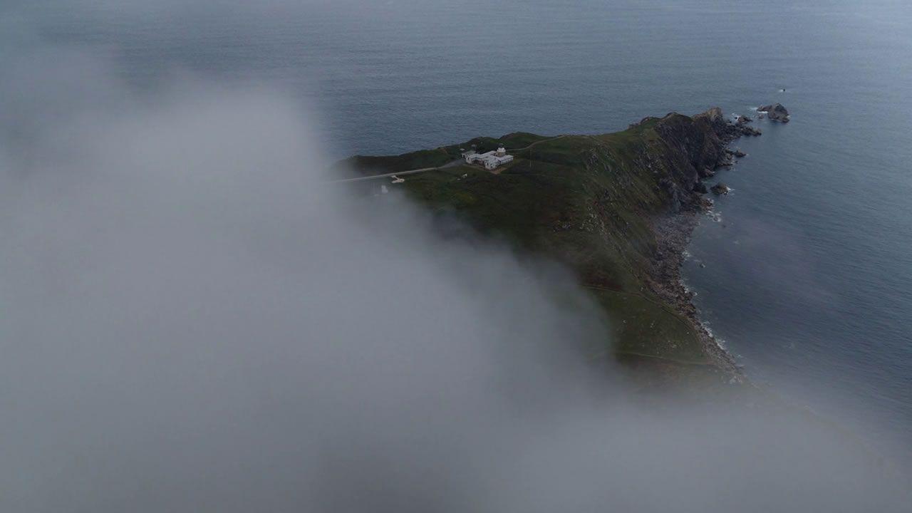 Tripulantes del Pico da Lebre en el puerto de Burela.Detalle del nuevo aparcamiento y el mirador, con el faro de Bares al fondo