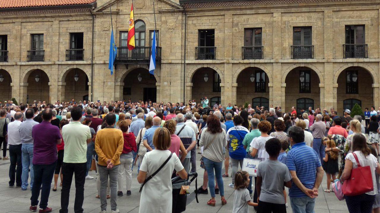 Avilés calla por las víctimas.Íñigo Errejón escucha a Daniel Ripa en Gijón
