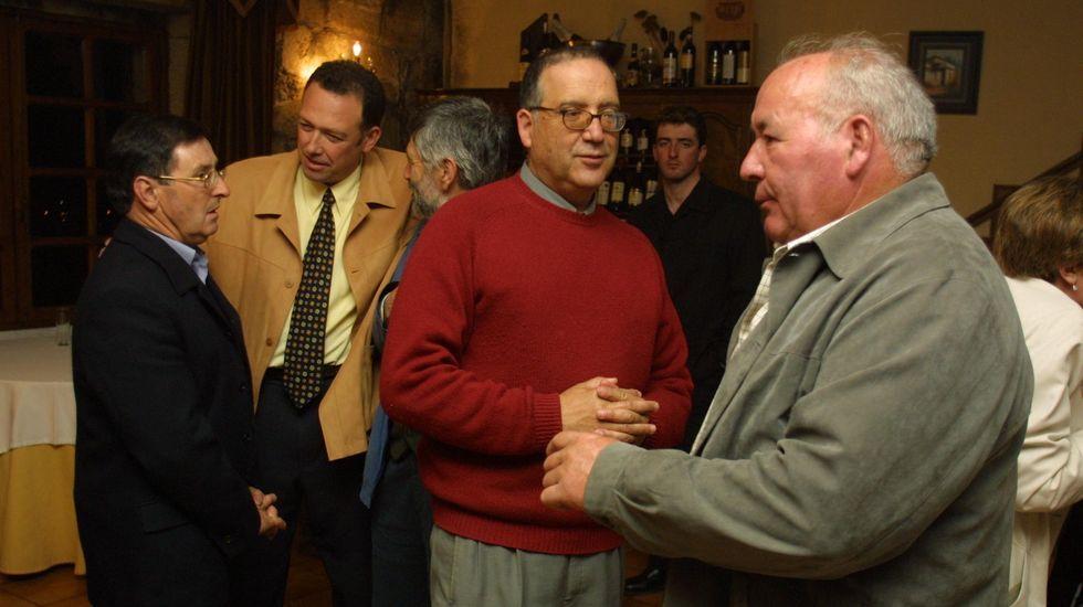 Vicente Gallego, a la derecha, charla con Gómez de Tojeiro en una reunión del 2002 de los primeros vocales de Ribeira Sacra