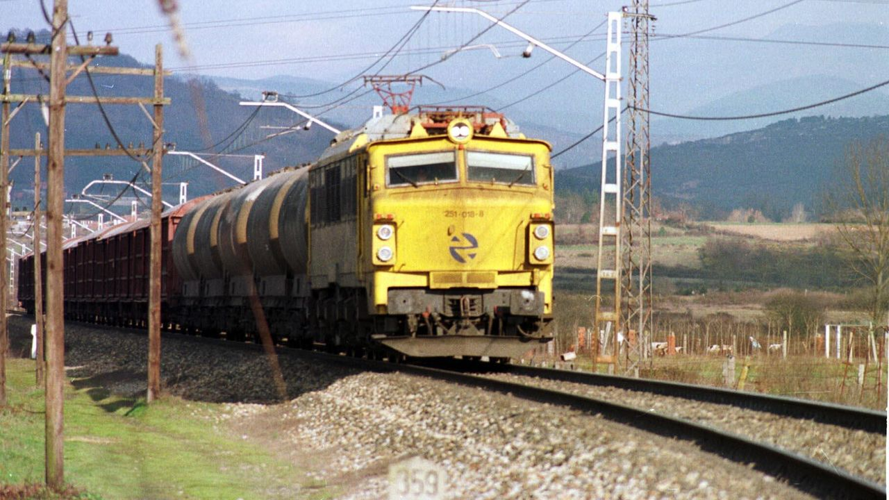 Un tren de mercancías circula por el tramo en el que se llevarán a cabo las mejoras