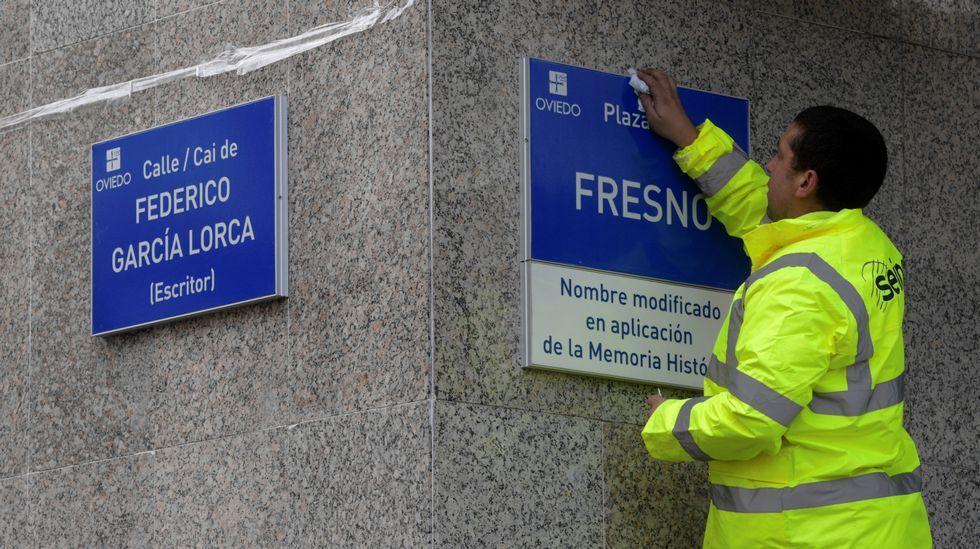 Un trabajador coloca las placas de la calle Federico García Lorca y de la plaza Fresno, en Oviedo, en aplicación de la Ley de la Memoria Histórica