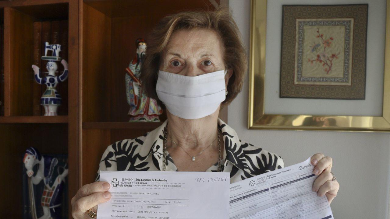 Rosa Uhía, vecina de Sanxenxo, con la reclamación y la cita para la consulta de urología que ahora fue adelantada por el Sergas