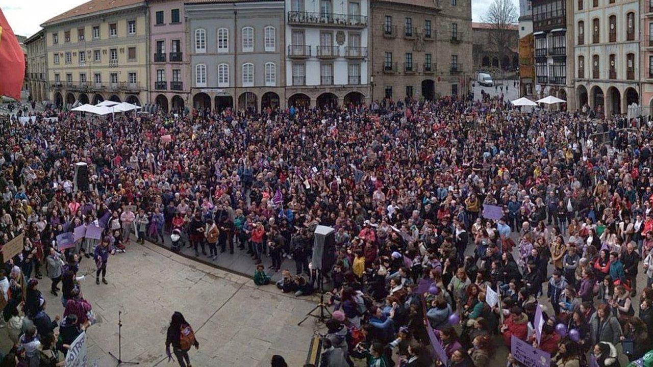 Concentración por el 8-M en la plaza del ayuntamiento en Avilés
