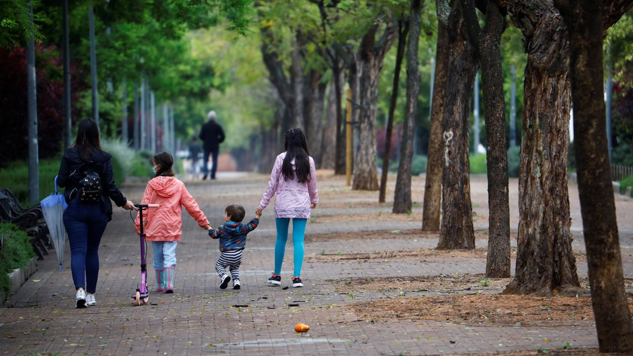 Una madre pasea unto a sus hijas por Córdoba, este domingo
