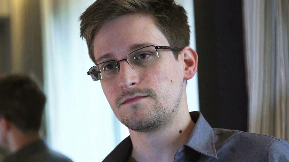 Retirada de una escultura de Edward Snowden en un parque de Nueva York