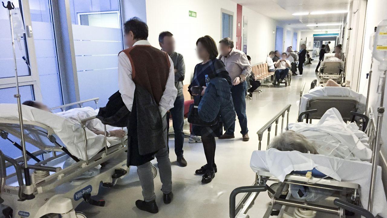 Las quejas laborales inciden en la falta de personal y medios. En esta imagen del HULA, el domingo pasado había camas en los pasillos de urgencias