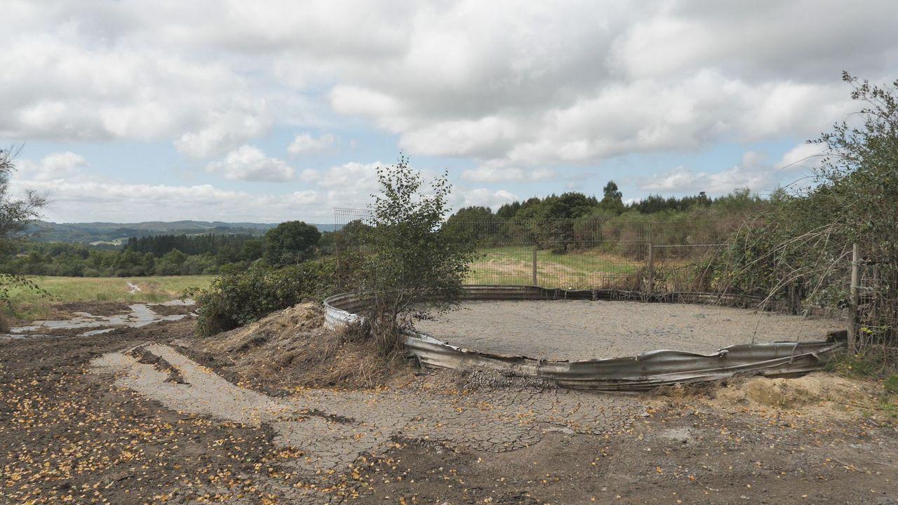 Balsas de lodos desbordan cerca del nacimiento de los ríos Mandeo y Tambre.Basura acumulada en Nostián
