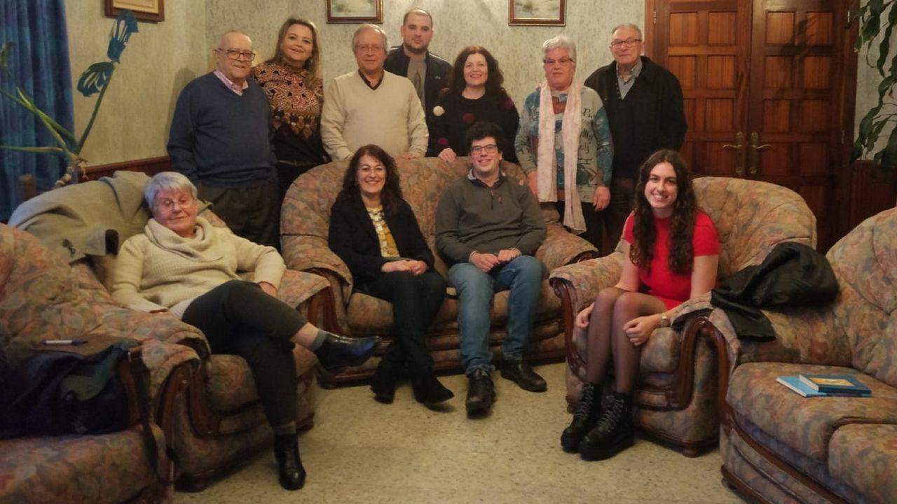 Parte de los integrantes del club de lectura en la primera reunión, en marzo