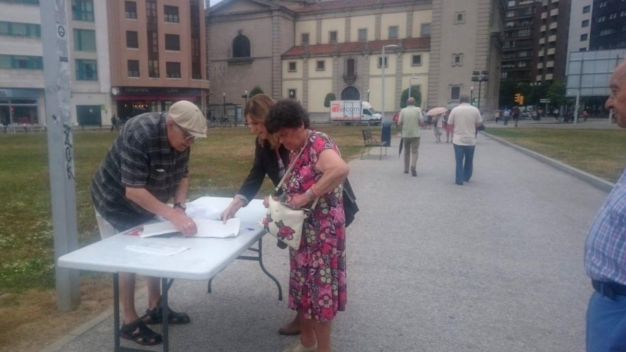 Recogida de firmas, ayer, de la plataforma «Un pulmón para el solarón»