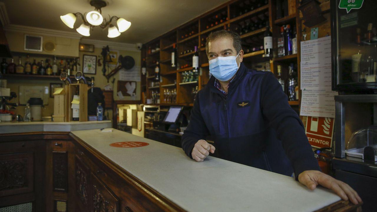 Javier Míguez, en la barra de la Bodeguilla de San Roque, que tendrá que cerrar este mes
