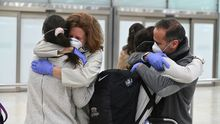 Pese a las restricciones, los pasajeros se abrazaron a sus familiares al llegar a Barajas