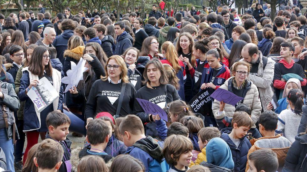 25N en Pontevedra. Acto en la plaza de la Ferrería con alumnos de institutos contra la violencia machista.