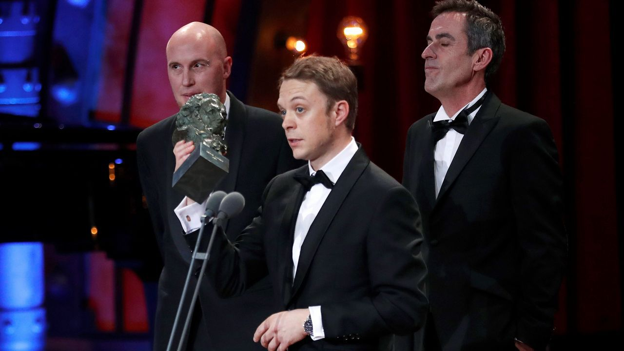 Los técnicos de sonido Aitor Berenguer, Gabriel Gutiérrez y Nicolas de Poulpiquet tras recibir el premio al Mejor sonido por «Verónica»