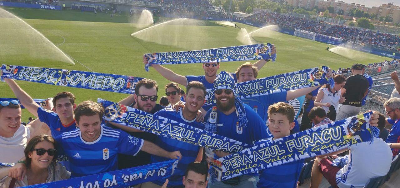 Socios de la Peña Azul Furacu en el Fuenlabrada-Real Oviedo del curso pasado