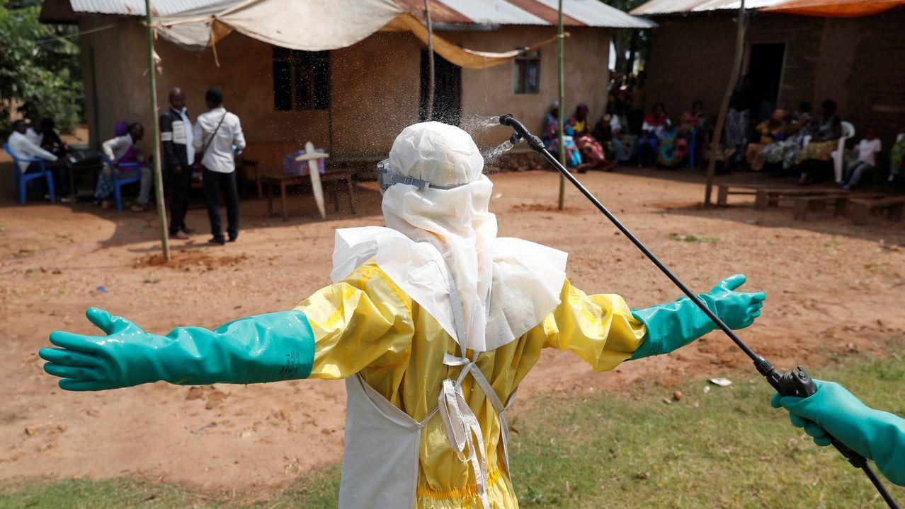 Descontaminación de un sanitario que lucha contra el ébola en el Congo